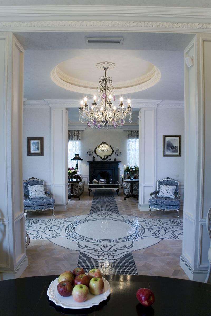 Фото интерьера гостиной. Черно-белая мозаика - центральный элемент декора.