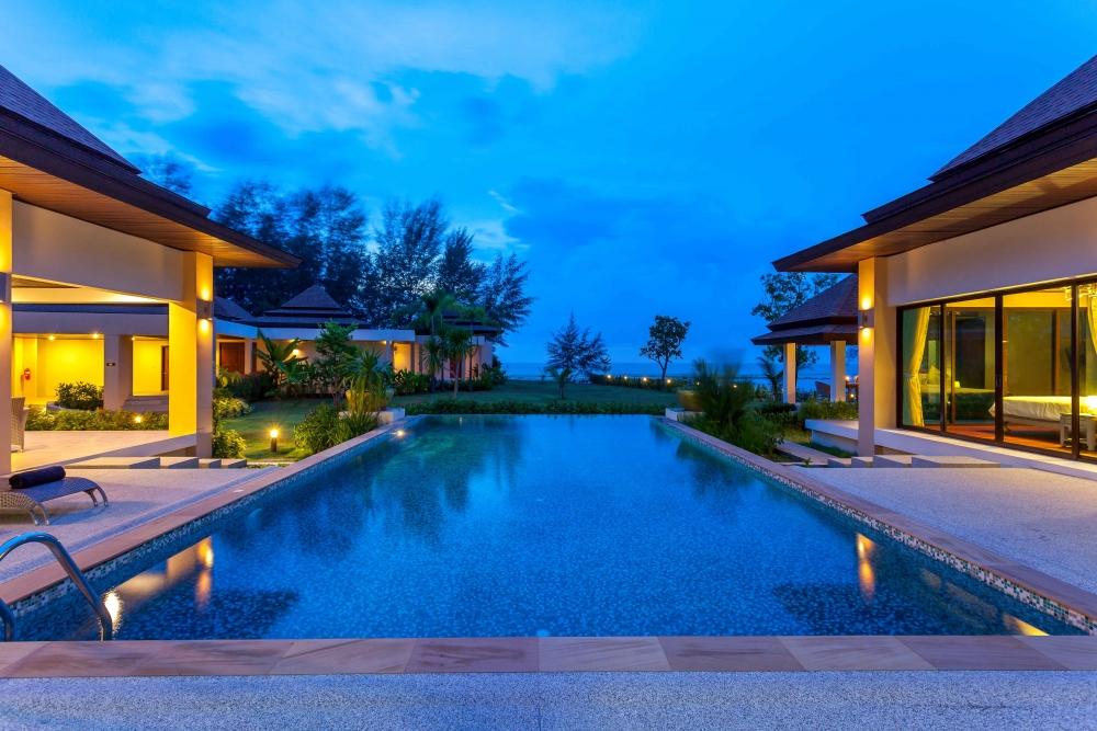 Все жилые помещения имеют выход к бассейну, который является своего рода энергетическим центром дома.