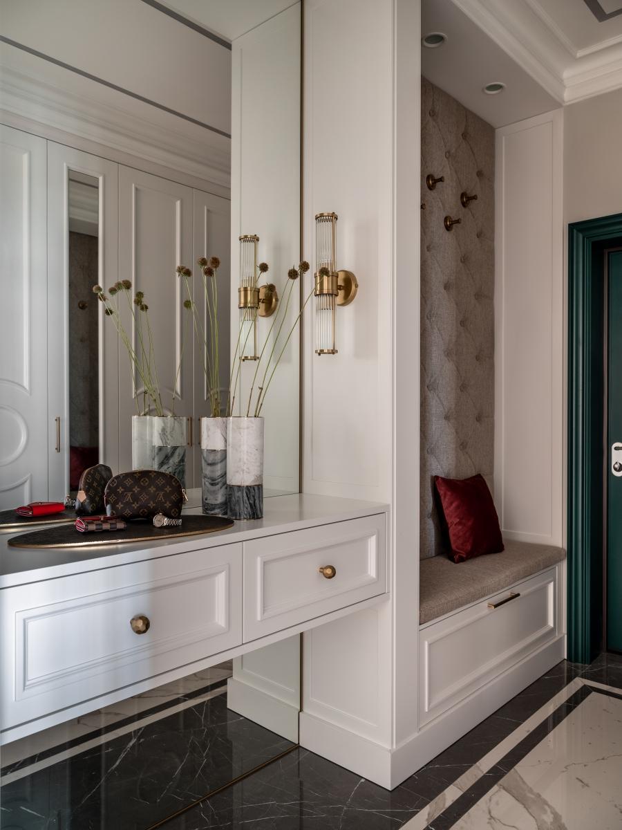 Коридор.<br />Широкоформатный керамогранит ArchSkin<br />Бра EICHHOLTZ<br />Встроенная мебель по нашим эскизам на заказ<br />Инженерная доска Finex<br />Входная и межкомнатные двери Union<br />Декор:<br />Декоративные аксессуары Moon Stores