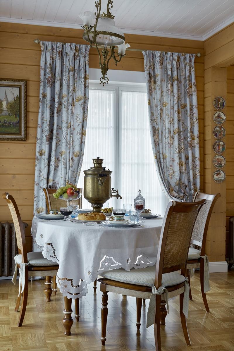 Столовая в общем пространстве столовой-гостиной. Французские окна-двери ведут на веранду.