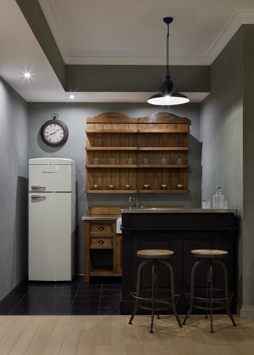 Мини-кухня в бильярдной комнате в цокольном этаже.