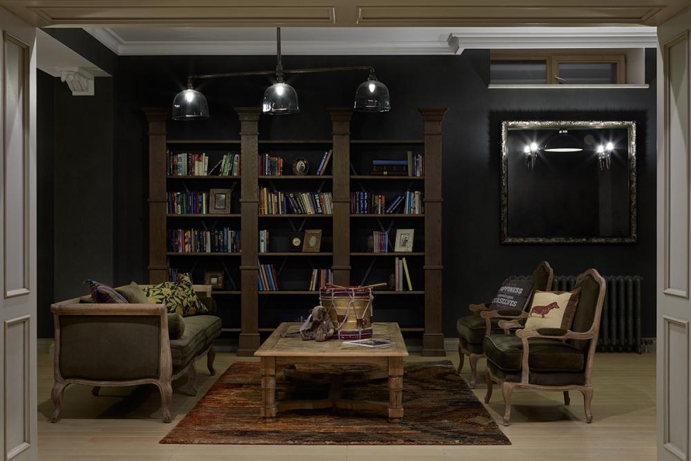 Библиотека в цокольном этаже.
