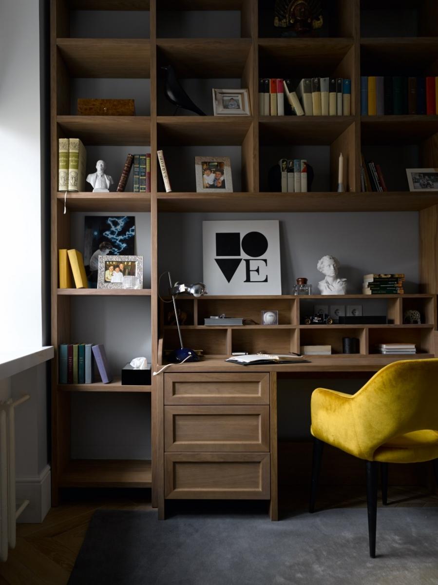 Конструкция бюро-секретера с небольшим писменным столом в шпоне дуба для детской комнаты  мальчиков-подростков.<br />Проект Анны Муравиной.