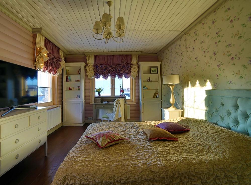 Традиционный загородный дом, красивое сочетание белого и холодного бежевого оттенков с орнаментальным рисунком в отделке. На этот интерьер радостно смотреть.