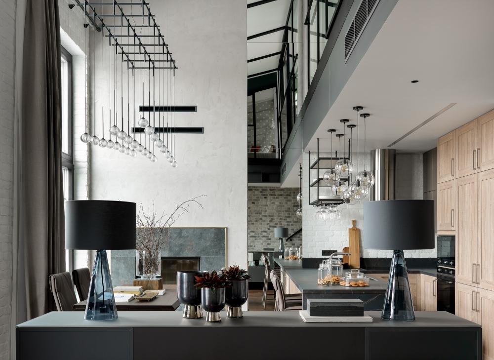 Кухня-столовая. Люстра, Vibia; столовая группа, Cattelan Italia; кухня, Nolte; ваза, поднос, банки, все Moon-Stores.