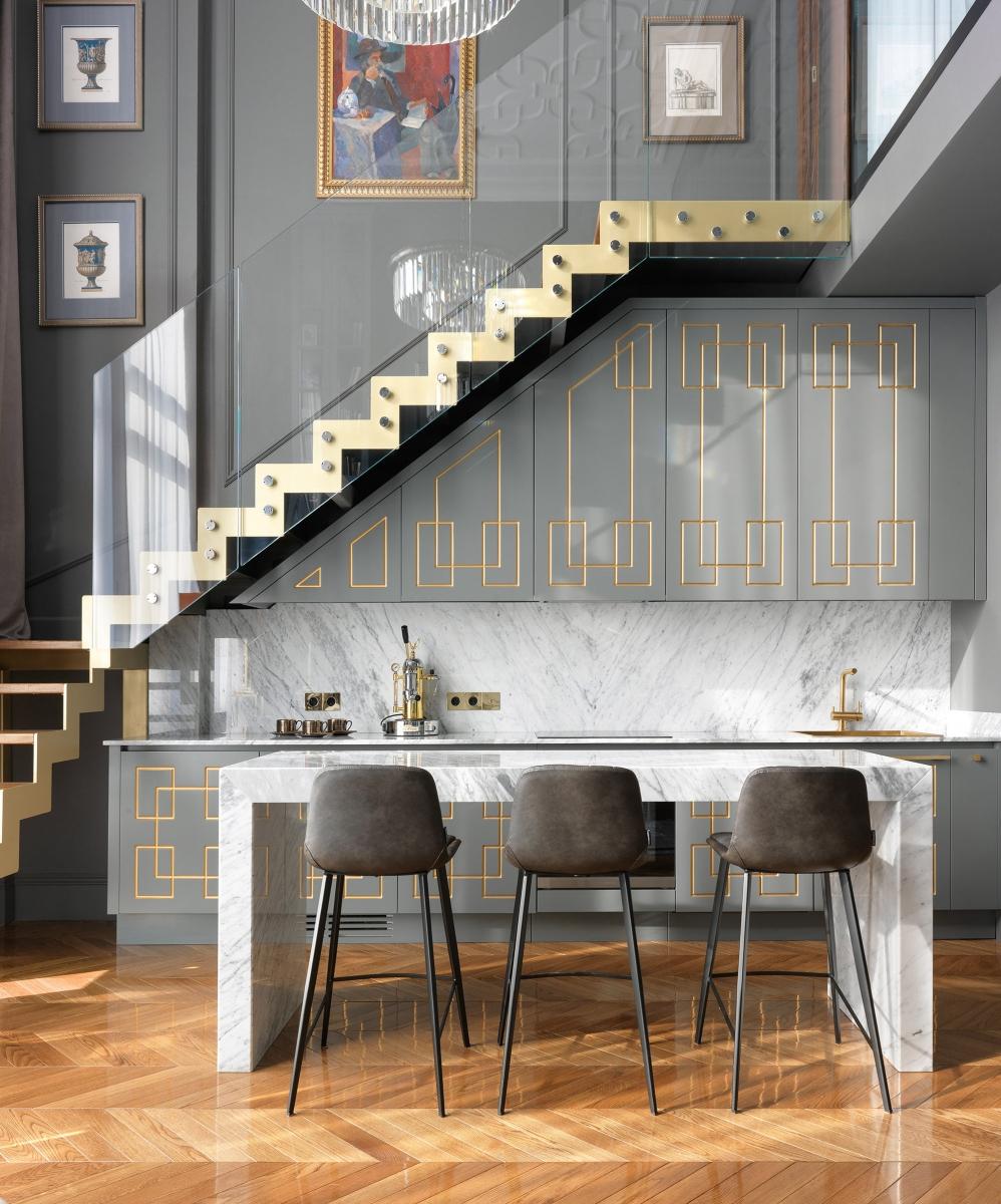 Встроенная кухня под лестницей выполнена на нашем производстве по эскизу дизайнеров проекта (Александр Якимов и Александр Потемкин)