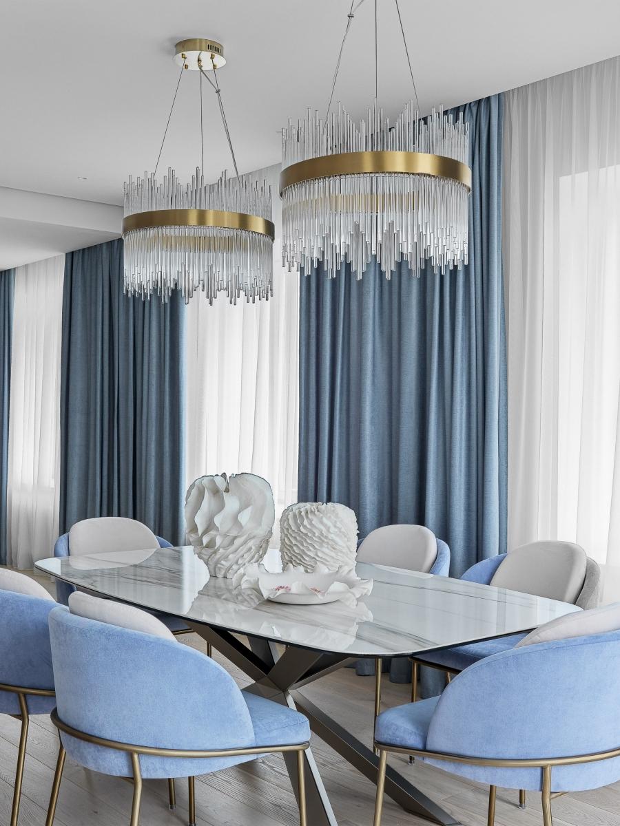 Столовая.<br />Люстра Bond Street Round Chandelier<br />Обеденный стол Catelan italia на заказ<br />Стулья по нашим эскизам, на заказ в мастерской<br />Вазы и блюдо, Atributte
