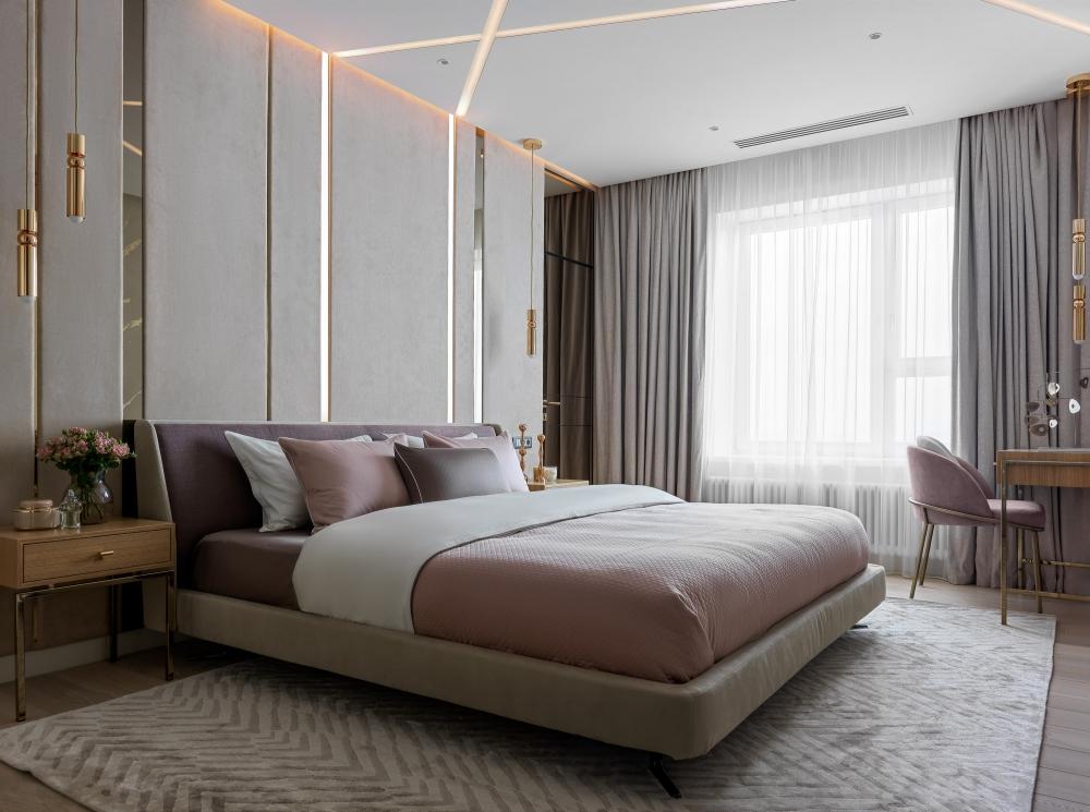 Спальня.<br />Кровать Minotti Spencer<br />Прикроватная тумба на заказ<br />Консоль-столик на заказ в спальне<br />Светильник подвесной Fulcrum Light Gold - Lee Broom