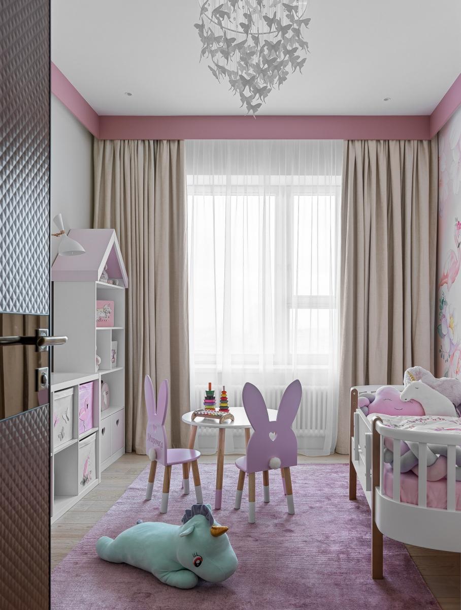 Детская.<br />Системы хранения сделаны по нашим эскизам на заказ<br />Стульчики, столик и стеллаж-домик сделаны по нашим эскизам на заказ<br />Люстра Sagarti Tenea<br />ковёр Art de Vivre carpets;<br />овечки Design boom;