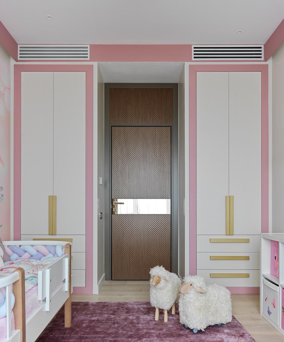 Детская.<br />Системы хранения сделаны по нашим эскизам на заказ<br />Стульчики, столик и стеллаж-домик сделаны по нашим эскизам на заказ<br />Люстра Sagarti Tenea<br />Ковёр Art de Vivre carpets<br />Овечки Design boom
